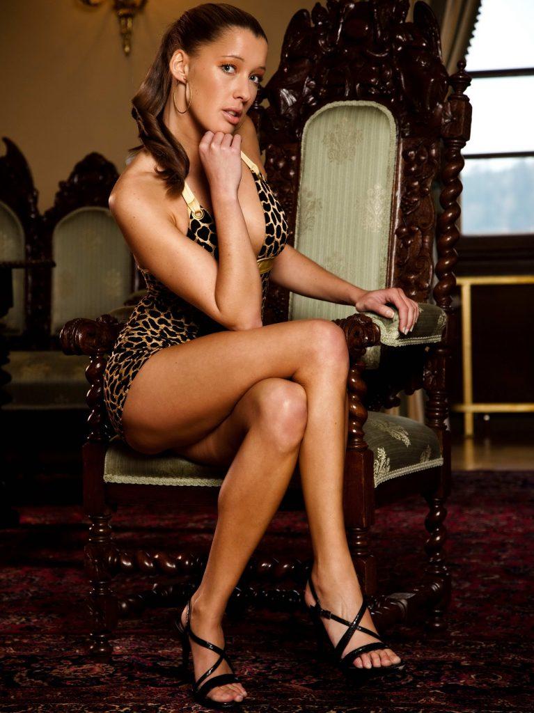 Classy Brunette Lady - Ponju Escorts