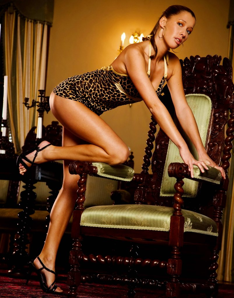 Classy Leggy Brunette - Ponju Escorts